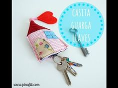 PINAFILI FILMS: TUTORIAL PARA HACER UNA CASITA GUARDA-LLAVES - YouTube Small Sewing Projects, Sewing Crafts, Fabric Gifts, Fabric Houses, Fabric Scraps, Crafts To Make, Sewing Patterns, Quilting, Handmade