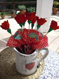 Rosas hechas con hueveras. Tin Can Flowers, Cloth Flowers, Metal Flowers, Small Flowers, Paper Flowers, Flower Crafts, Spring Flowers, Great Artists, Kids Playing