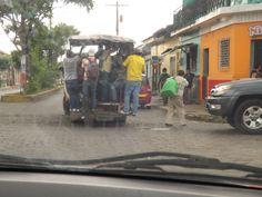 Viajar colgado del transporte urbano