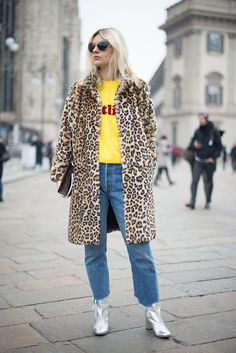 Want to try the frayed raw hem jeans trend? Take a look at how fashionable women are wearing raw hem jeans now in our street style fashion round-up. Jeans And T Shirt Outfit, Dress Up Jeans, Look Rock, Street Style Trends, Moda Fashion, Star Fashion, Women's Fashion, Fashion 2018, Fashion Outfits