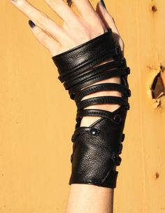 Schattig handschoenen bedekt met kleine bandjes.  Dit zijn 100% gerecycled leer, met 4 zwarte snaps rond de pols. Deze stijl komt op dit moment alleen in maat 7. Controleer uw handschoen maat vóór de aankoop:  http://www.walkabout.com/shop/size_glove.asp  Gemaakt om te bestellen, laat 3 weken voor de productie en levering. Rush beschikbaar op aanvraag.  Customization opties: -Klinknagels kunnen ofwel zwart of zilver. -De kleine bandjes kunnen elke kleur van uw keuze.  Aangepaste kosten…