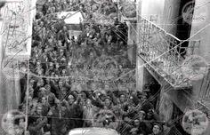 Entrada de Franco y Yague en el recien conquistado Belchite p26,081f,96ALas tropas de Franco llenan las calles de Belchite. Franco llega al pueblo acompañado de Ramón Serramo Suñer, Ruiz Albeniz, el Tte Cor Troncoso, el Cmte. Barroso y otros miembros del Cuartel general de Aragón. El general Yague y Franco arengan a las tropas desde el balcón de la plaza de Belchite. Batalla de Aragón, guerra civil española