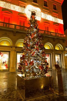 "The ""Baguette Xmas Tree"" by Fendi in front of Palazzo Fendi in Rome"