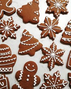 Classic Gingerbread Cookies Gingerbread Icing, Gingerbread Man Cookies, Christmas Sugar Cookies, Christmas Candy, Christmas Desserts, Christmas Treats, Holiday Baking, Christmas Baking, Biscuit Decoration