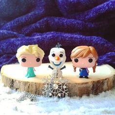 Hazme un muñeco de nieve...  Estos 3 pequeños son parte del regalo del amigo invisible que me hizo @readerkingdom y no pueden gustarme más. AMO #Frozen y #Elsa es una de mis princesas preferidas. Cuál es vuestra princesa Disney preferida? Preferís las nuevas o las antiguas? Yo admito que me gustan más las nuevas y que sigo indignada porque a Mégara no la incluyen nunca y es la más jefa! #Funko #FunkoPop #Anna #Olaf #Disney #DisneyPrincess #PrincesasDisney #bookstagram #bookstagramespaña…