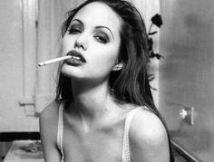 La Organización Mundial de la Salud (OMS) cree que en un futuro no muy lejano habrá en el mundo más de 500 millones de fumadoras (el triple de las que hay ahora). Si eres una de ellas, deberías saber que el tabaco no solo perjudica la salud, sino también tu belleza. Para demostrártelo hemos decidido repasar los efectos negativos que producen en tu imagen. ¡Toma nota y apaga el cigarro!