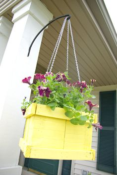 Top 10 DIY Hanging Planters That Will Make Your Garden Look Amazing - Top Inspired~~Wood Pallet Hanging Planter~~Paint it and insert potted plant inside. Diy Hanging Planter, Diy Planter Box, Diy Planters, Planter Ideas, Flower Planters, Wood Pallet Planters, Wood Pallets, Pallet Fence, Pallets Garden