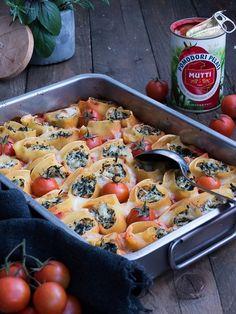 Pasta Schnecken mit Blattspinat, Hähnchen & Ricotta auf würziger Tomaten Sauce