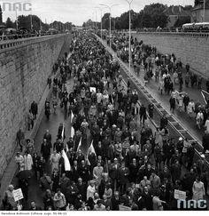 Zdjęcie numer 7 w galerii - Warszawa w latach 70. Pochody, czyny społeczne, neony [GALERIA]