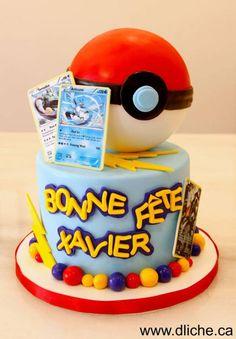 Gâteau Pokémon pokéball Bien vu l'ajout de cartes à jouer Pokémon sur le gâteau pour rester dans l'esprit de ce jeu multi-supports.