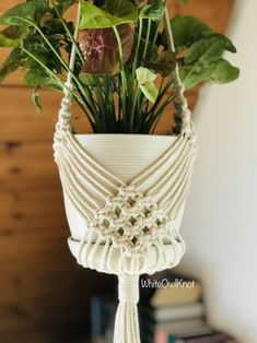 Macrame Plant Hanger Patterns, Macrame Plant Holder, Macrame Patterns, Beading Patterns, Bracelet Patterns, Macrame Design, Macrame Knots, How To Macrame, Macrame Tutorial