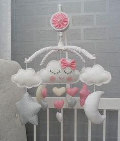 Móbile tema nuvem, estrelas, luas e chuvinha de amor com corações fofos que vão encantar sua decoração e o bebê Você poderá personalizar as peças conforme seu gosto, temos um mostruário de tecidos na lojinha com uma grande variedade de tecidos Este móbile possui uma linda canção de ninar qu...