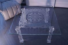 MODERNÍ SKLENĚNÝ STOLEK TB-05 | SZKLO-LUX Jaroslaw Fronczak  | Processing and wholesale of glass - Deska je vyrobena z bezpečnostního skla VSG 8.8.2 Diamant (optiwhite), síla 16 mm, fazetované hrany, ve skle je umístěná rytina. Nohy jsou vyrobeny z křišťálového skla. Gravure Laser, Glass Furniture, Modern Glass, Glass Tables, Delicate, Google, Design, Glass Table, Diamond