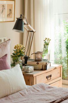 ξύλινο τραπέζι-με-λάμπα-flexo-και-κανάτα-με-λουλούδια-κίτρινο 388138 O