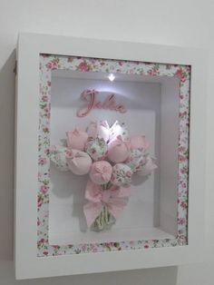 Quadro para Porta de Maternidade em MDF, com Vidro. As flores são feitas de acordo com gosto do cliente.  Detalhe por charme da Luz interna dentro do quadro, o maior sucesso!  *Cachepôs floridos , vendidos a parte! R$ 205,00