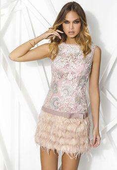 PRIVÉE 7867 Mini vestido de cocktail de talle bajo sin mangas. Realizado en tul bordado con lentejuela metálica en el cuerpo, detalle de lazo en el talle y falda de plumas