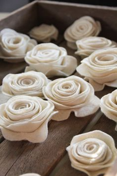 Creative uses for fabric flowers : felt roses - link to purchase online DIY tutorial Felt Roses, Felt Flowers, Diy Flowers, Fabric Flowers, Felt Flower Scarf, Paper Flowers, Fabric Rosette, Tissue Flowers, Fabric Garland
