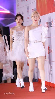 Wendy and Seulgi (Red Velvet). Red Velvet Dress, Red Velvet Seulgi, Stage Outfits, Kpop Outfits, Wendy Red Velvet, Velvet Fashion, Kpop Fashion, Fashion Outfits, Korean Girl