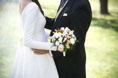 Vestido de novia con falda de tablas en brocado de algodón y cuerpo en crep de seda. Wedding dress with pleated skirt in cotton brocade silk crepe body.