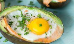 Avocado met gerookte zalm en ei Avocado Egg, Home Recipes, Nutritious Meals, Keto, Lunches, Low Carb, Eggs, Snacks, Breakfast
