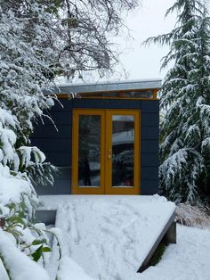 Modern-Shed: Fully insulated and perfect for any season Cottage House Plans, Cottage Homes, Shed Office, Modern Shed, Bike Shed, Cabin Interiors, Outdoor Sheds, Building Structure, Shed Plans