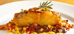 Nesta receita, sugerida pelo restaurante Charpentier, o peixe vai acompanhado de pimentão, cheiro verde e pimenta.