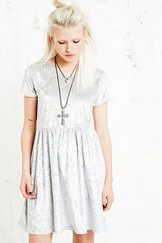 Vintage O&O Babydoll-Kleid aus Samt in Silber - Urban Outfitters