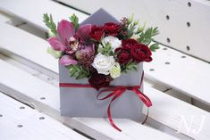 Creative Flower Arrangements, Beautiful Flower Arrangements, Floral Arrangements, Flower Box Gift, Flower Boxes, Bridal Shower Tables, Flower Packaging, Happy Flowers, Christmas Table Decorations