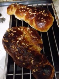 Τσουρέκια αφράτα και κορδωνάτα για μέρες!-evicita.gr Hot Dog Buns, Hot Dogs, Bread Cake, Food And Drink, Breakfast, Morning Coffee, Morning Breakfast