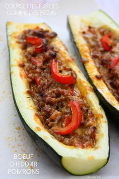 {Pizza boats} - Stuffed zucchini like pizza, ground beef, peppers & chedda . - My CMS Clean Recipes, Veggie Recipes, Healthy Recipes, Courgette Facon Pizza, Hot Dog Sauce, Paleo Nutrition, Good Food, Yummy Food, Salty Foods