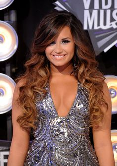 Demi Lovato Long Curls - Demi Lovato attended the 2011 MTV Video Music Awards wearing her long hair in big bouncy curls with long side-swept bangs. Brown Ombre Hair, Ombre Hair Color, Red Ombre, Ombre Style, Hair Colors, Demi Lovato Hair, Lavender Hair, Long Curls, Lindsay Lohan