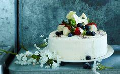 Vaniljainen valkosuklaa-mustikkakakku Sweet Bakery, Let Them Eat Cake, Bon Appetit, Cake Decorating, Decorating Ideas, Panna Cotta, Delish, Sweet Tooth, Cheesecake
