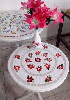 Mosaic Tile Table, Tile Tables, Mosaic Art, Mosaic Glass, Creative Crafts, Fun Crafts, Arts And Crafts, Mosaic Crafts, Mosaic Projects