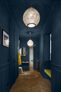 This wonderful Parisian apartment attracts with its contrasts. Light and bright living room opposes to the dramatic hall painted in dark blue tone. ✌Pufikhomes - source of home inspiration Dark Ceiling, Blue Ceilings, Colored Ceiling, Paint Ceiling, Ceiling Color, Ceiling Lamp, Parisian Apartment, Paris Apartments, Dark Walls