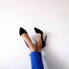 Black pumps = the LBD of the shoe closet. #SakerStil #imspiration #styleclassics #blackpumps #shoes #styleguide #pinterest by sakerstil