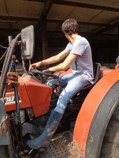 Hard-working farm lad on his tractor. Country Wear, Country Boys, Wellington Boot, Chuck Norris, Wrangler Jeans, Sexy Men, Guys, Nice Boys, Tractor