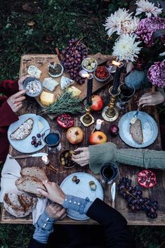 Gluten-free Cinnamon Rolls & a Magical Photoshoot for Mint & Berry - Celebration & Decoration - Picknick Comida Picnic, Gluten Free Cinnamon Rolls, Mint And Berry, Berry Berry, Fall Table Settings, Autumn Table, Family Picnic, Sans Gluten, Impreza
