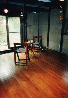 古い米蔵のリノベ事例 床はオーク無垢材のフローリング貼