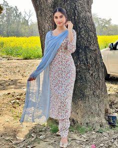 Party Wear Indian Dresses, Designer Party Wear Dresses, Kurti Designs Party Wear, Dress Indian Style, Indian Wear, Pakistani Dresses Shalwar Kameez, Simple Pakistani Dresses, Punjabi Salwar Suits, Salwar Suits Simple