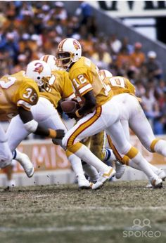 Tampa Bay Bucs quarterback Doug Williams (1981) Nfl Football Players, Football Cheerleaders, Football And Basketball, Football Pictures, Sports Pictures, Doug Williams, Nfl History, Professional Football, Vintage Football
