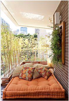 Une super photo d'un coussin de sol orange sur une terrasse extérieure