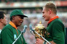 Mandela, héros du rugby sud-africain, remet la Coupe du monde à François Pienaar, le 24 juin 1995