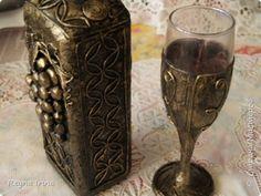 Декор предметов Аппликация из скрученных жгутиков Мои первые работы Бутылки стеклянные фото 8 Wine Bottle Crafts, Flute, Decoupage, Champagne, Dreams, Glasses, Tableware, Vases, Tin Cans