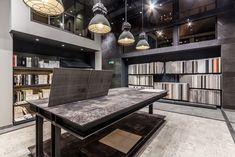 Oświetlenie stołu z ekspozycją plytek. Loftowe Lampy wiszące Azzardo Bismarc, kolor szary, dodatkowo zamontowano od spodu kratkę którą można dokupić osobno.