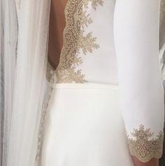 Vestido de novia, minimalista. Escote en V. Detalle de encaje. Detalle en cintura. Botonadura. By Alicia Rueda