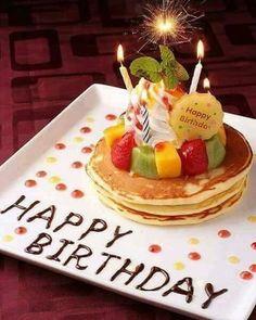 en vez de pancakes , puede ser una torta/cupcake , velas y unas chispitas mariposas