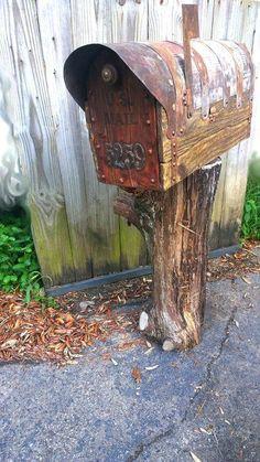 Rustic mailbox with cedar door Rustic Mailboxes, Unique Mailboxes, Vintage Mailbox, Diy Mailbox, Rural Mailbox Ideas, Wooden Mailbox, Western Decor, Rustic Decor, Country Mailbox