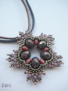 Stella beaded bead pendant by Babra (Babragyöngy). From a pattern available on Simone's shop website. Seed Bead Jewelry, Pendant Jewelry, Beaded Jewelry, Beaded Bead, Seed Beads, Beaded Earrings, Beaded Bracelets, Necklaces, Schmuck Design