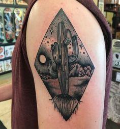 tatouage manchette homme, nuit magique au dessus du désert et grand cactus