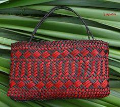 Moemoea Flax Weaving, Hand Weaving, Basket Weaving Patterns, Maori Designs, Maori Art, Surface Pattern Design, Shoulder Bag, Creative, Woven Baskets